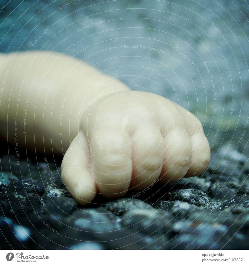 Faust Spielzeug Hand Einsamkeit kalt Finger Trauer Verzweiflung Puppe Statue Stein blau