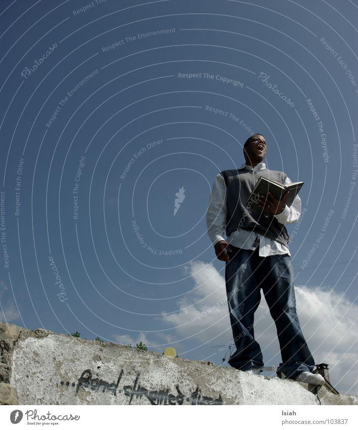 i have a dream.. Himmel Wolken sprechen Mauer träumen lesen Buch hoch Jeanshose Hemd Rede Moral Winterthur Schweiz vorlesen Prediger