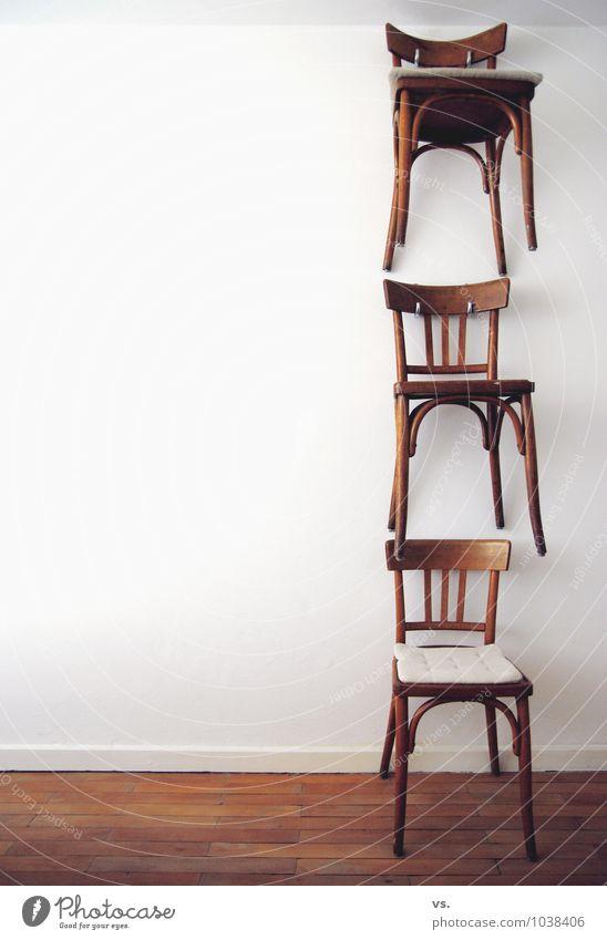 Dreistühlehoch. alt Innenarchitektur Stil Holz außergewöhnlich Kunst Wohnung Design Kreativität retro Stuhl Küche Möbel hängen vertikal Stapel