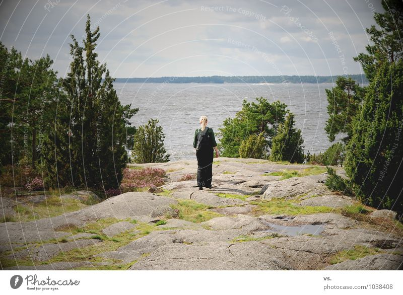 Junge Schwedin Ferien & Urlaub & Reisen Tourismus Sommerurlaub wandern feminin Junge Frau Jugendliche Umwelt Landschaft Wasser Baum Felsen Küste Seeufer Ostsee
