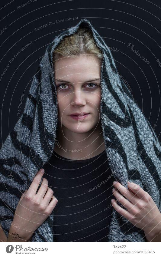 Kopf und Tuch 3 Winter Mensch Junge Frau Jugendliche Erwachsene 1 18-30 Jahre Mode Kopftuch blond ästhetisch Farbfoto Blitzlichtaufnahme Porträt