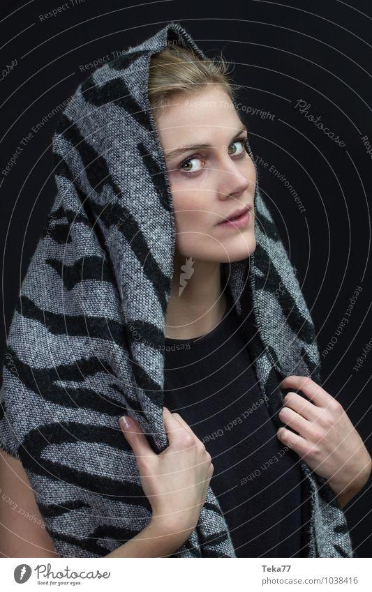 Kopf und Tuch 2 Winter feminin Junge Frau Jugendliche Erwachsene 1 Mensch 18-30 Jahre Mode Bekleidung Stoff Kopftuch blond Zufriedenheit ästhetisch Farbfoto