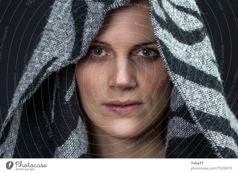 Kopf und Tuch I Winter Mensch feminin Junge Frau Jugendliche 1 18-30 Jahre Erwachsene Mode Bekleidung Stoff Kopftuch blond Zufriedenheit ästhetisch Farbfoto