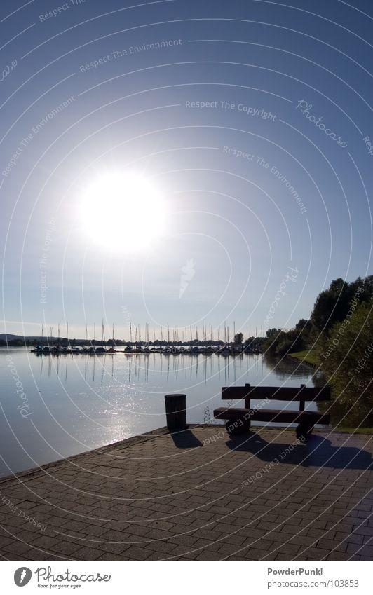 einfach mal ausruhen... Holzbank Segeln Segelboot Wasserfahrzeug Dock Anlegestelle Seeufer Baum Panorama (Aussicht) Strand Sommer Physik heiß Sträucher Hafen