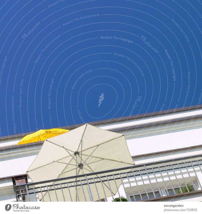 wir haben den größeren! Balkon Sonnenschirm Nachbar Sommer gelb weiß Haus Gebäude Wohnung Ferien & Urlaub & Reisen Sonnenbad Himmel blau Geländer sitzen