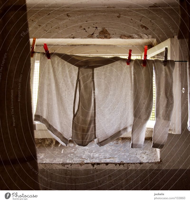 Endstation Sehnsucht weiß Bekleidung Strümpfe Langeweile Fleck Wäsche trocknen Unterhose Keller Waschmaschine Wäscheleine Wäscheklammern Seil Waschtag Eingriff Feinripp