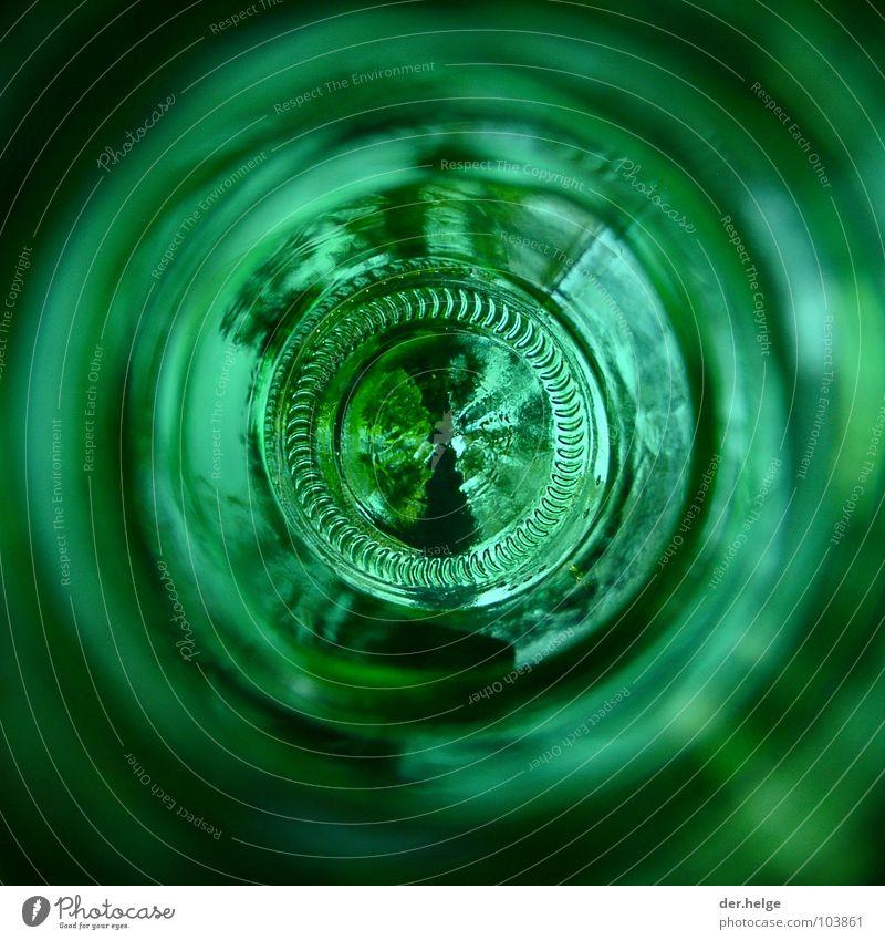 Belle Brasseuse Bier Bierflasche grün leer rund Flaschenboden Makroaufnahme Nahaufnahme radial Kreis Flascheninnereien Riffelung