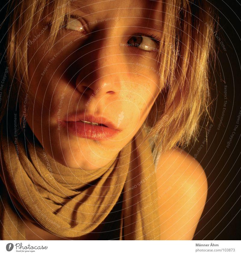 Paranoia 1 Blick erschrecken laufen unheimlich gruselig dunkel Nacht Frau ducken Seele Angst Panik gefährlich Schrecken Verfolgung verstecken Gesicht frieren