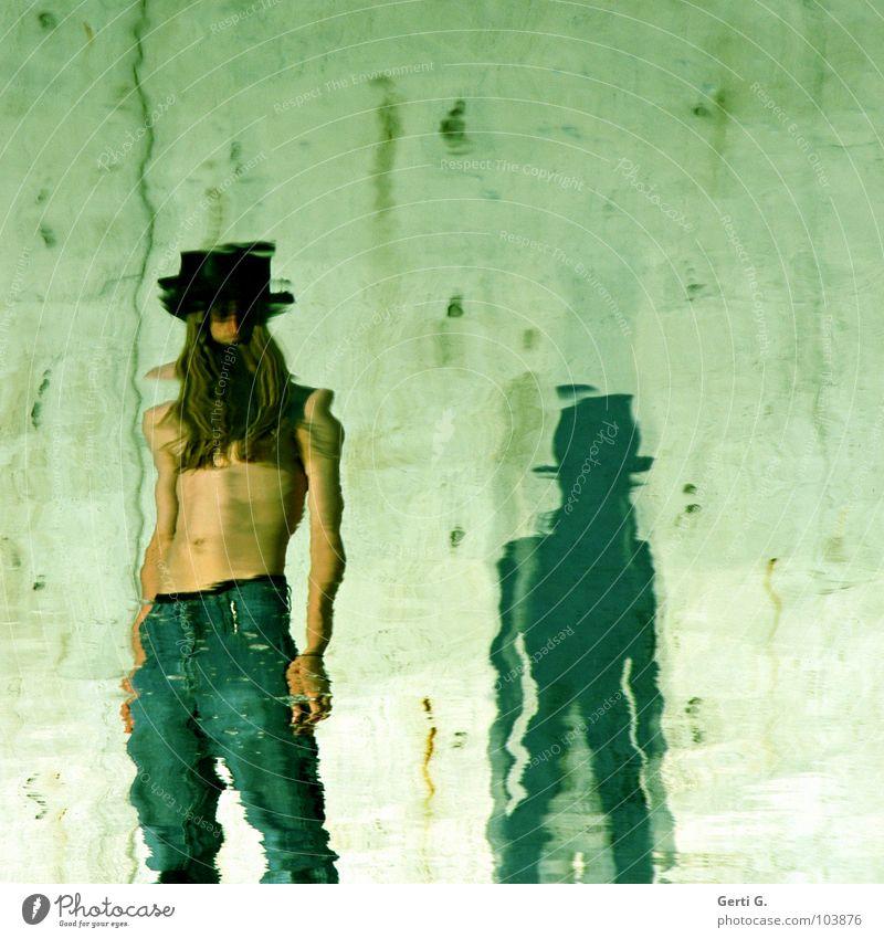 stand by stehen Reflexion & Spiegelung ruhig verschwimmen Verzerrung Hose grün Mann Junger Mann Oberkörper Bauch Zylinder Haare & Frisuren langhaarig