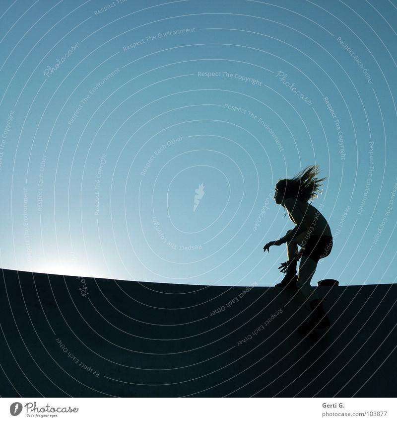 inslichtspringer Licht Beleuchtung schwarz Mann Junger Mann rennen Geschwindigkeit springen Fahrtwind Silhouette dunkel hell himmelblau Sonnenuntergang hüpfen
