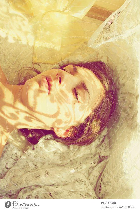 Funkelworld. feminin Frau Erwachsene Gesicht 1 Mensch 18-30 Jahre Jugendliche Frühling genießen liegen träumen Unendlichkeit natürlich Wärme gelb Gefühle