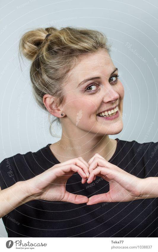 Herzfrau II Mensch Junge Frau Jugendliche Erwachsene 1 18-30 Jahre blond Liebe positiv Farbfoto Studioaufnahme Schwache Tiefenschärfe Porträt
