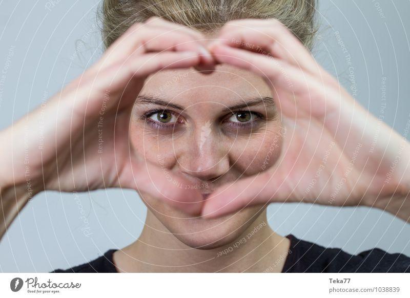 Herzfrau I Mensch Frau Jugendliche Junge Frau 18-30 Jahre Erwachsene Liebe blond ästhetisch positiv