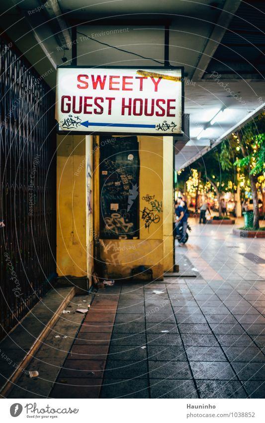 Sweety Guest House Ferien & Urlaub & Reisen Stadt alt Sommer rot Haus Wand Graffiti Mauer Stein dreckig Häusliches Leben Tourismus Beton schlafen Bürgersteig