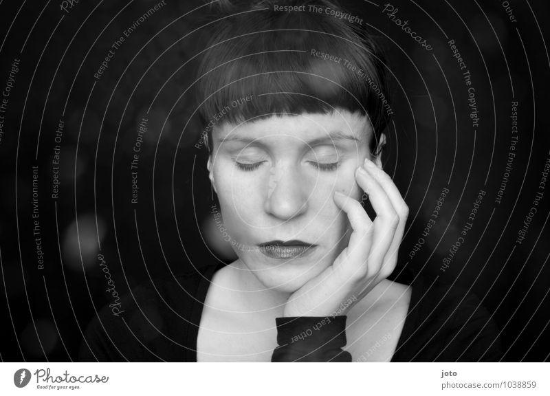 zeit zum denken Mensch Jugendliche Junge Frau Erholung Einsamkeit ruhig Traurigkeit Denken träumen Zufriedenheit authentisch genießen berühren Hoffnung