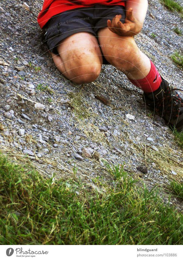 Wilde Kerle Kind Spielen Gras Beine Freizeit & Hobby dreckig laufen Rasen fallen Sturz Kies schießen treten Foul
