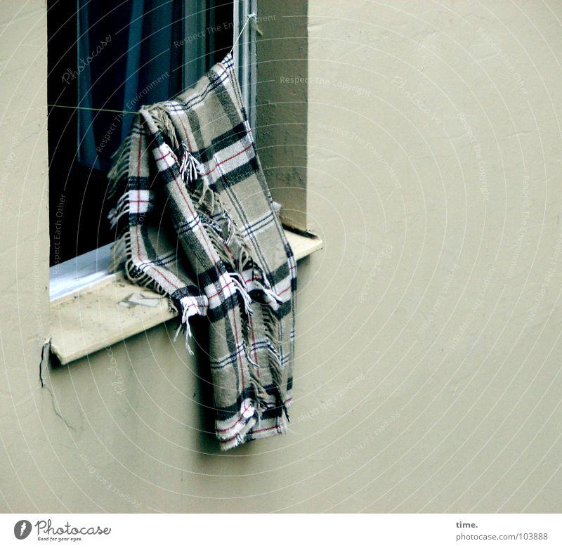 Mal wieder gut abhängen - I blau weiß schwarz Erholung Fenster Wand Mauer Luft offen Seil Frieden Vorhang hängen Putz Decke gestreift