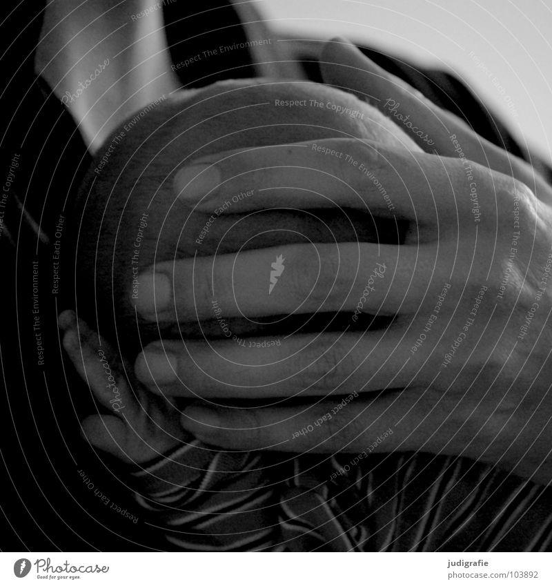 Vater und Sohn Kind Baby Hand Mann Geborgenheit Familie & Verwandtschaft klein zart Liebe Fürsorge Verantwortung Nachkommen Männerhand Kleinkind Schwarzweißfoto