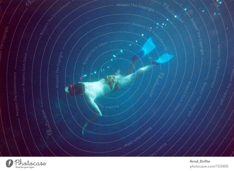 Kapitän Nemo ohne seinen ganzen Krimskrams Mann Wasser blau Sommer tauchen Luftblase Schwimmhilfe Wassersport Taucher Badehose Schnorcheln Unterwasseraufnahme