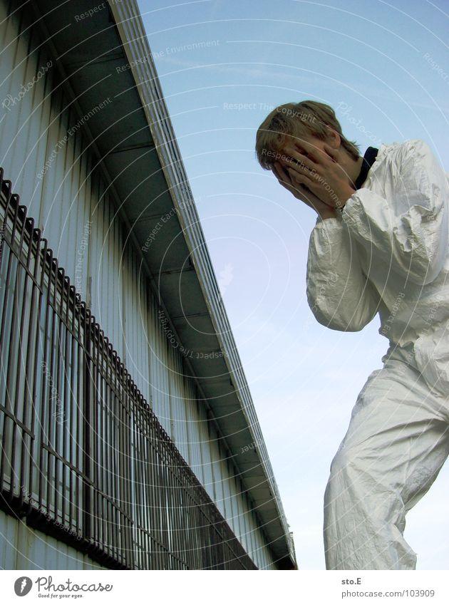 [b/w] augenschutz vergessen Mensch Himmel alt blau weiß Wolken Einsamkeit Fenster Gebäude Trauer Körperhaltung Reinigen Arzt verfallen Schönes Wetter Schmerz