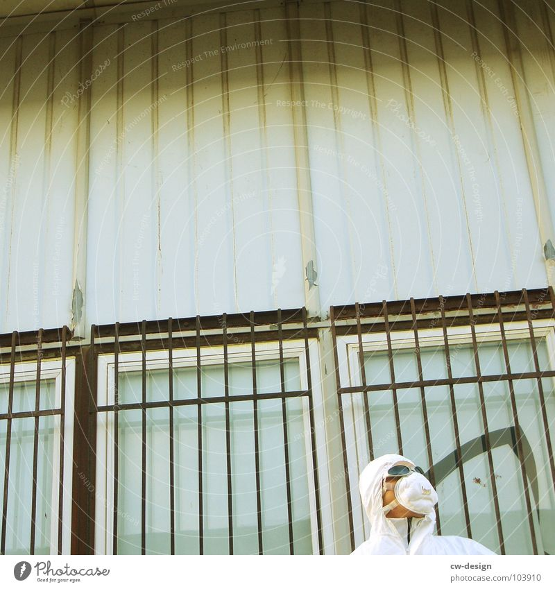 [b/w] mund- und augenschützer Mensch alt weiß Freude Farbe Einsamkeit schwarz Haus Ferne Fenster dunkel Graffiti Wand Spielen Gefühle Architektur
