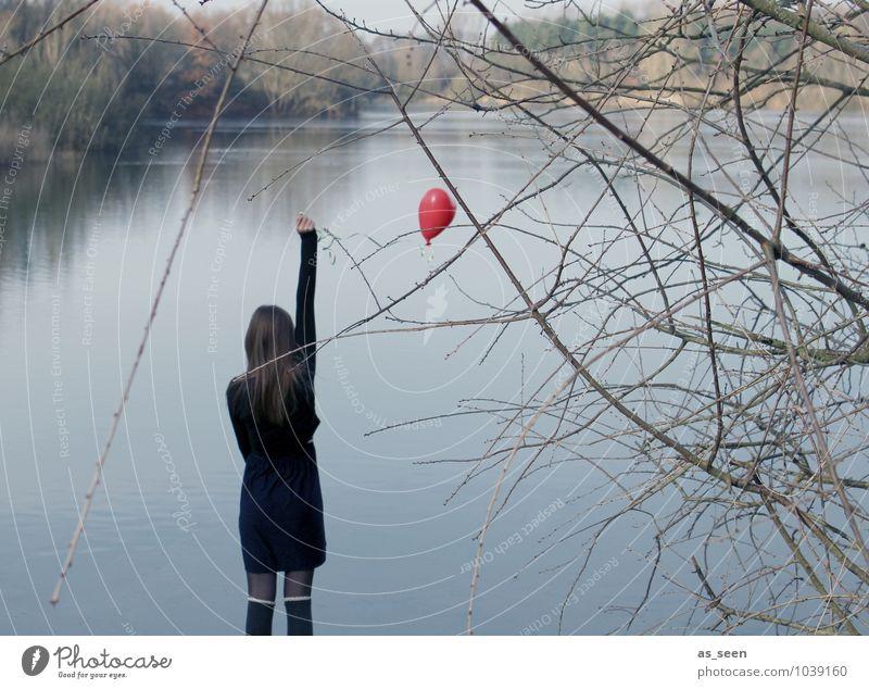 Waiting for love Junge Frau Jugendliche 1 Mensch 13-18 Jahre Kind Natur Landschaft Wasser Winter Baum Seeufer Mode Strümpfe langhaarig Luftballon Herz