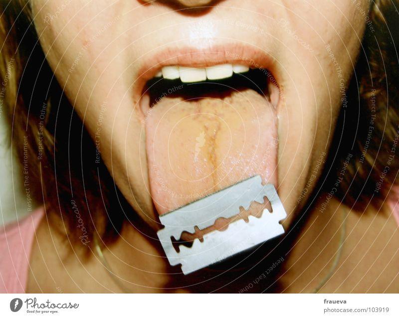 scharfe worte Frau Gesicht feminin Haare & Frisuren Mund offen gefährlich Zähne Schaf Rasierer Zunge Rasierklinge spucken