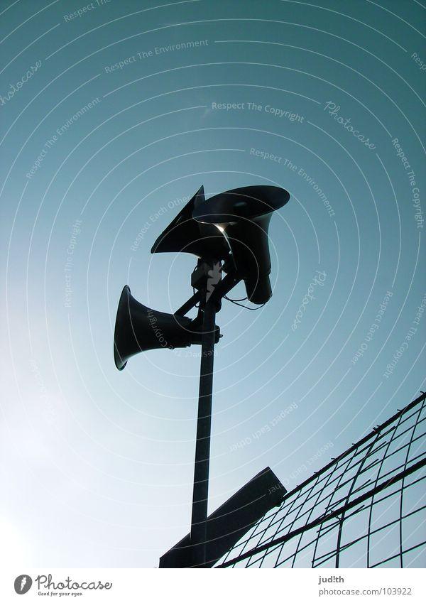 CAN you HEAR me? Lautsprecher Megaphon laut Mikrofon sprechen Information Rede Zaun Gitter 3 Stadion schwarz Himmel Radio Elektrisches Gerät