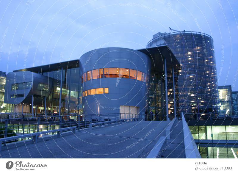Gläserne Manufaktur Dresden Sachsen Glas Nacht Gebäude Licht Architektur phaeton Beleuchtung