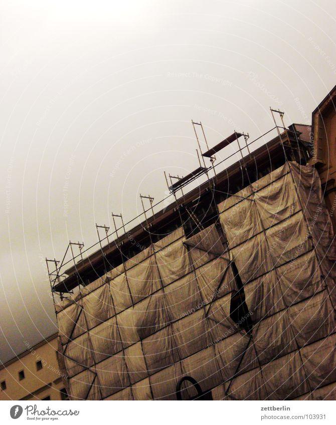 Gewitter schlechtes Wetter Regen Wolken Gewitterwolken Tiefdruckgebiet gefährlich ungemütlich bedrohlich Angst Haus Fassade Baugerüst Abdeckung Bauplane Monsun