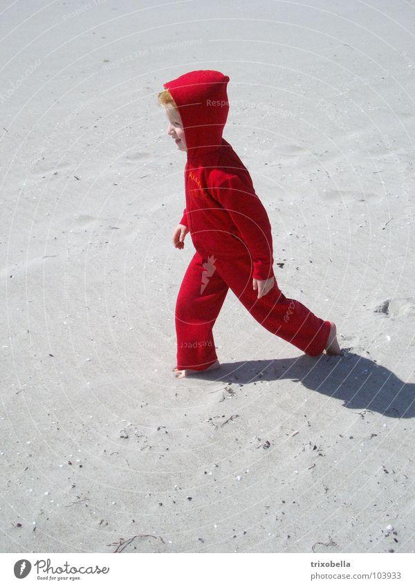 Moonwalk Mensch Kind Mädchen weiß rot Strand Ferien & Urlaub & Reisen Sand Küste wandern gehen Wind laufen Mond Zwerg