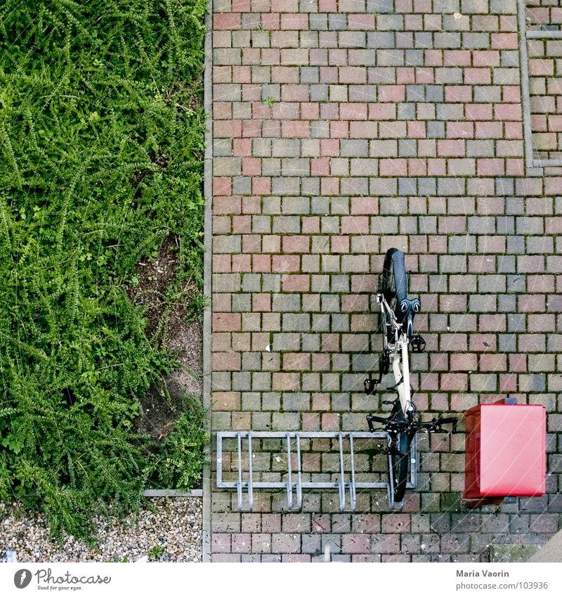 Google Earth für Fahrraddiebe Briefkasten Vogelperspektive Fahrradständer pflastern Sträucher angeschlossen Geborgenheit Verkehr Mountainbike Stab verbinden
