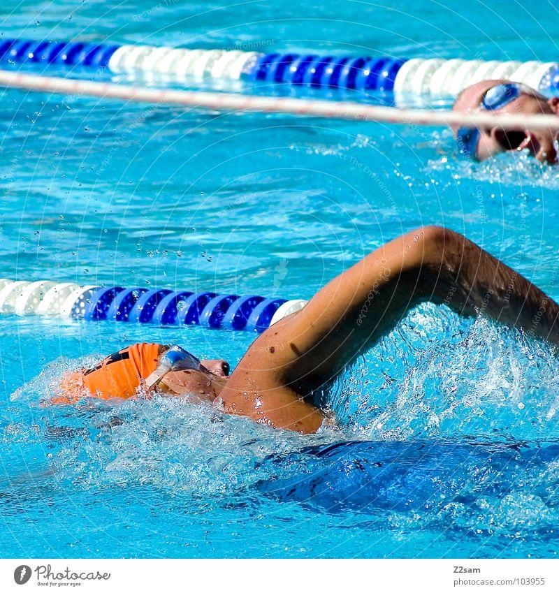 krauler III Triathlon Sportveranstaltung Zeit Wassersport überholen rot Schwimmsportler Zweikampf gegeneinander Blick Brille Badekappe Schwimmbrille Freibad