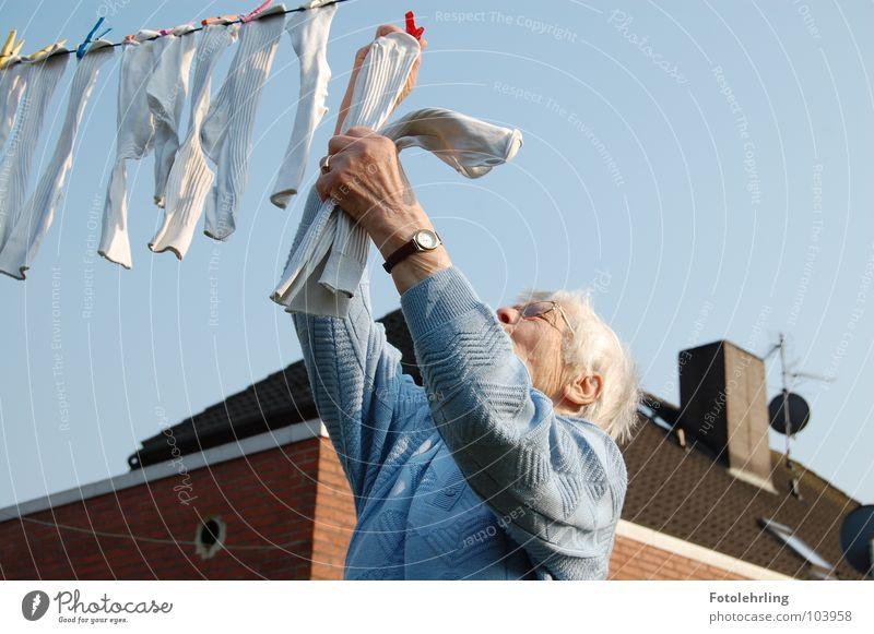 oma an der wäsche Arbeit & Erwerbstätigkeit Großmutter Strümpfe alt Zeit Wäsche Aktion Haushalt wäscheline hintergrund haus Senior Weiblicher Senior