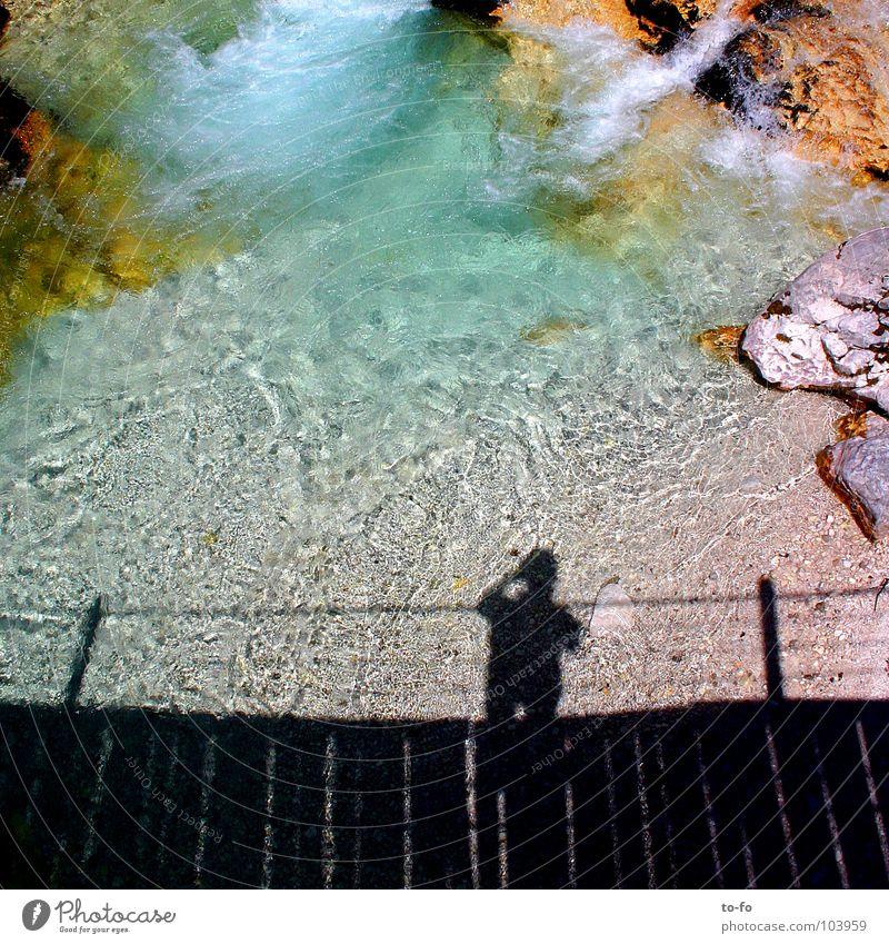 Ich bin hier gewesen Mann Wasser Sommer Ferien & Urlaub & Reisen kalt Brücke Fluss Klarheit Bach fließen