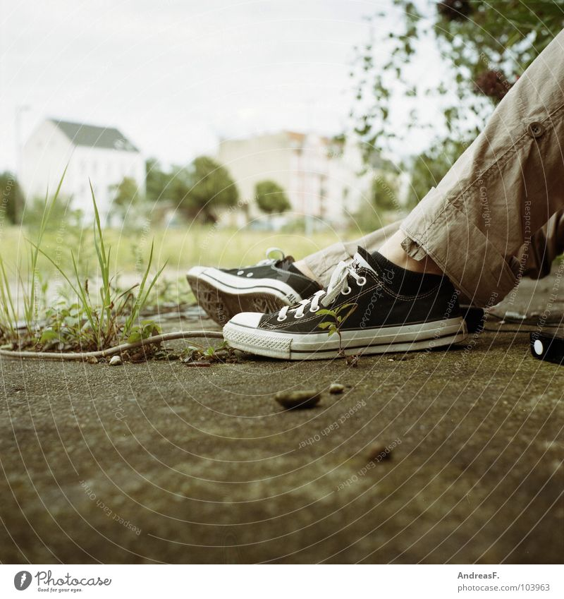 Chuck Norris Jugendliche Einsamkeit Fuß Schuhe Beine warten Beton Bekleidung sitzen Bodenbelag Langeweile Chucks Turnschuh Ghetto Mittelformat