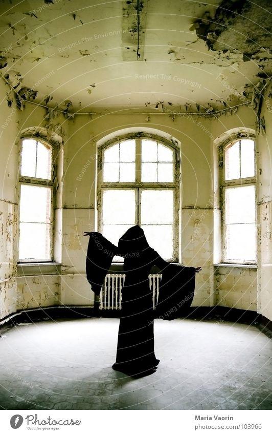 Das Phämomen der schwarzen Seele mystisch Erscheinung geisterhaft Spuk spukhaft Geisterhaus Spukschloss Tracht Mantel dunkel Kapuze trist Verfall kaputt Hexe