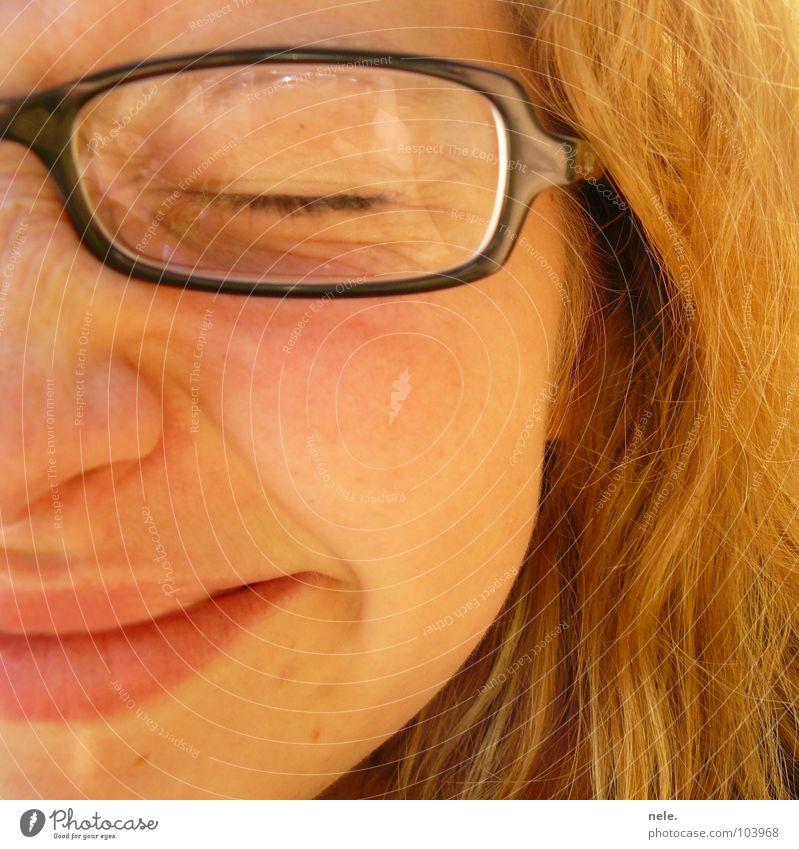 abgedrückt Hand Sonne Sommer Freude Auge Haare & Frisuren Kopf Mund blond Brille Ohr grinsen Wange Spiegelbild Dienst zusammengekniffen