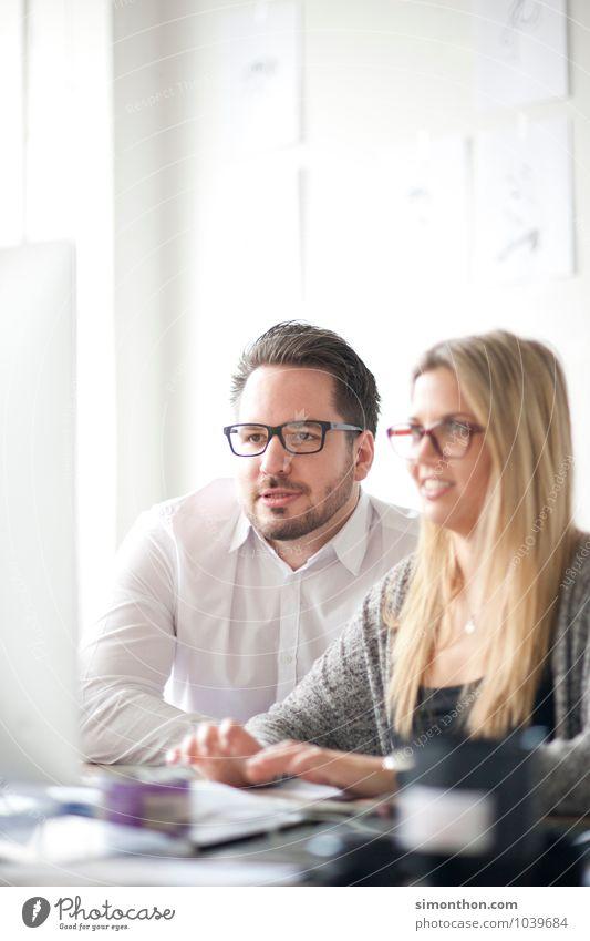 Arbeit Mensch Freude Gefühle Paar Freundschaft Freizeit & Hobby Häusliches Leben Zufriedenheit Erfolg Computer planen Neugier Ziel Team Zusammenhalt Wissenschaften