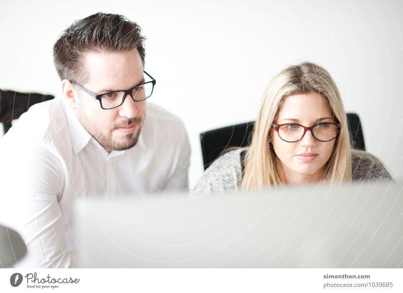 Arbeit Mensch Spielen Denken Paar Freundschaft Arbeit & Erwerbstätigkeit modern Erfolg sitzen warten Kommunizieren lernen beobachten planen Hilfsbereitschaft Pause