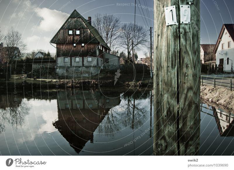 Am Dorfteich Himmel alt Wasser Baum Einsamkeit ruhig Wolken Haus Wand Gebäude Mauer Holz Fassade Idylle authentisch historisch