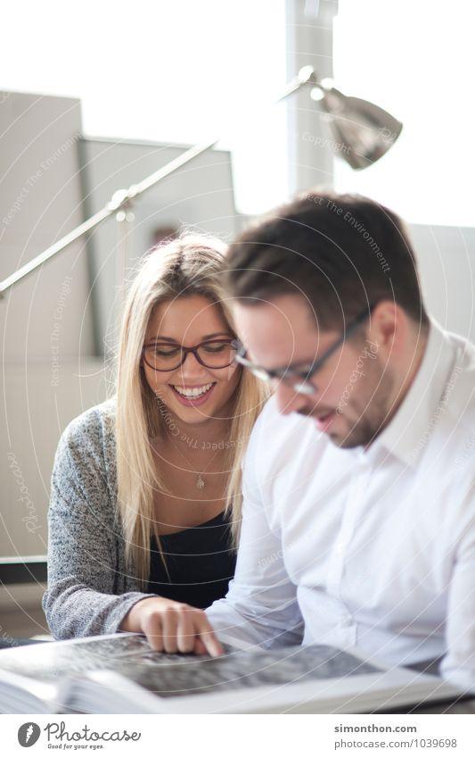 Zusammen Freude Glück Häusliches Leben lernen Berufsausbildung Azubi Student Büro Business Karriere Erfolg Sitzung sprechen Team Geschwister