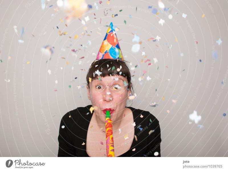 rofl Freude Glück Zufriedenheit Party Feste & Feiern Karneval Silvester u. Neujahr Geburtstag Mensch Junge Frau Jugendliche Lächeln werfen frech frei