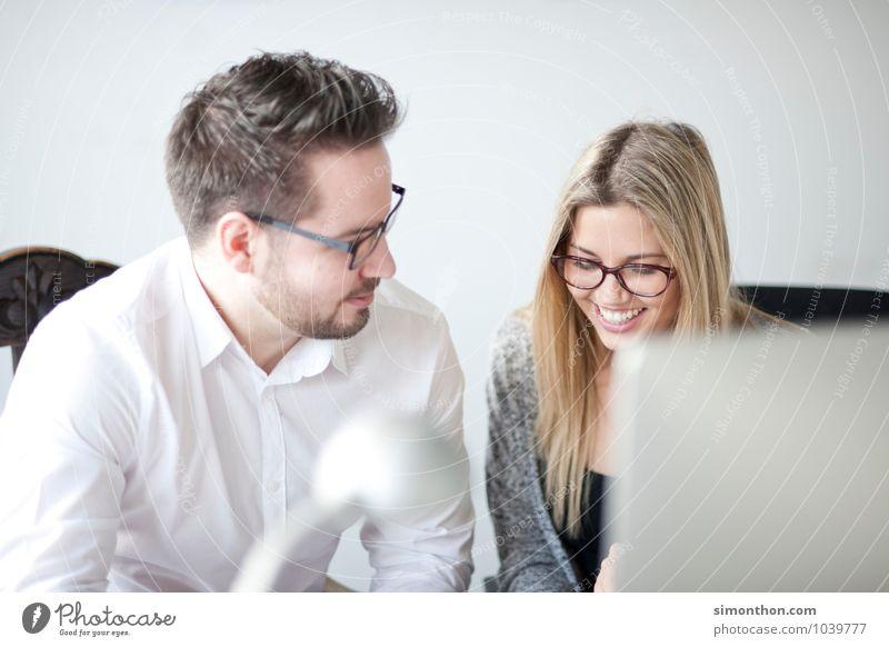 Flirt Bildung Erwachsenenbildung lernen Berufsausbildung Azubi Praktikum Studium Büro Business Unternehmen Karriere Erfolg Sitzung sprechen Team 2 Mensch Freude