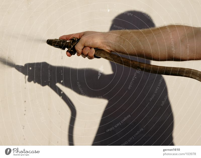 Wasser Marsch Mensch Mann Hand Sommer Freude dunkel Wärme Haut Arme Brand nass Wassertropfen Finger Physik