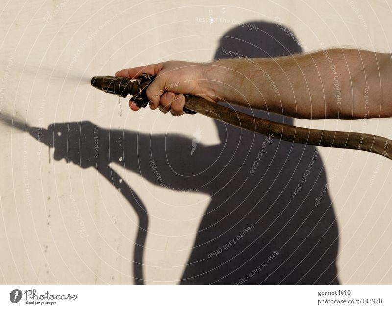 Wasser Marsch Schlauch Physik Waldbrand Rauchen verboten Alarm Mann dunkel Schatten Hand Griff festhalten Finger Hinweis Zeigefinger Wasserrohr löschen