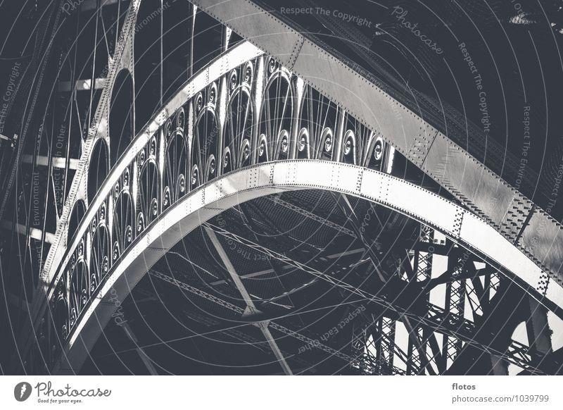 Ein Stück Paris ! Stadt Turm Bauwerk Architektur Sehenswürdigkeit Tour d'Eiffel schwarz silber weiß Schwarzweißfoto Außenaufnahme Detailaufnahme Menschenleer