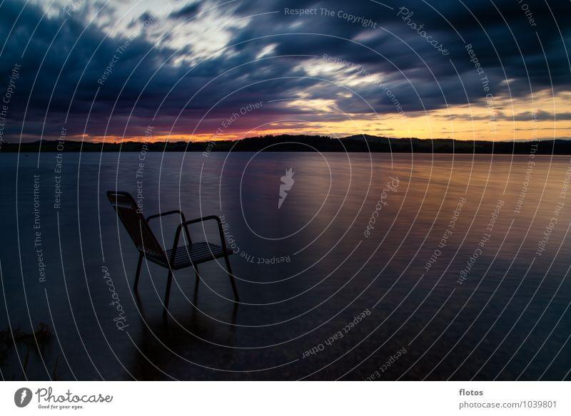 nimm platz ! Landschaft Wasser Himmel Wolken Horizont Sonnenaufgang Sonnenuntergang Sommer Wetter Hügel Seeufer Stuhl Flüssigkeit nass blau gelb gold grau