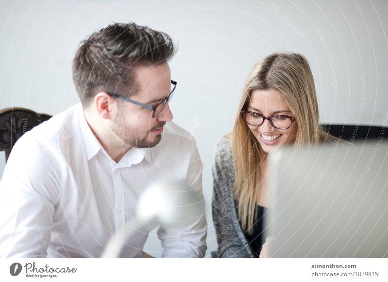 Job Mensch Freude Liebe sprechen Glück Paar Arbeit & Erwerbstätigkeit Freundschaft Zusammensein Familie & Verwandtschaft Business Büro Erfolg Warmherzigkeit Studium lernen