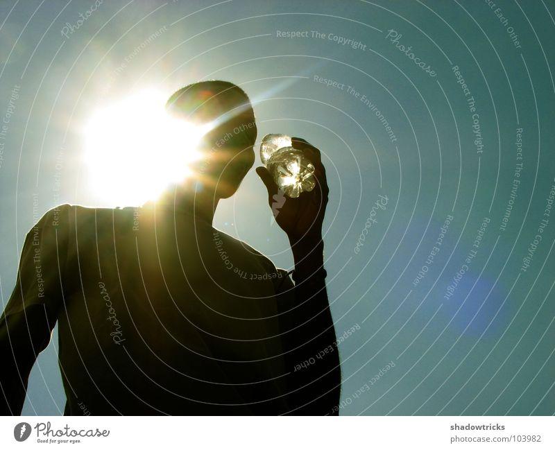 Refresh I Gegenlicht zyan Mann Licht Strahlung trinken Getränk schwarz dunkel azurblau Sonnenstrahlen Physik durstig Wasser Mensch Himmel Peson Durst Schatten